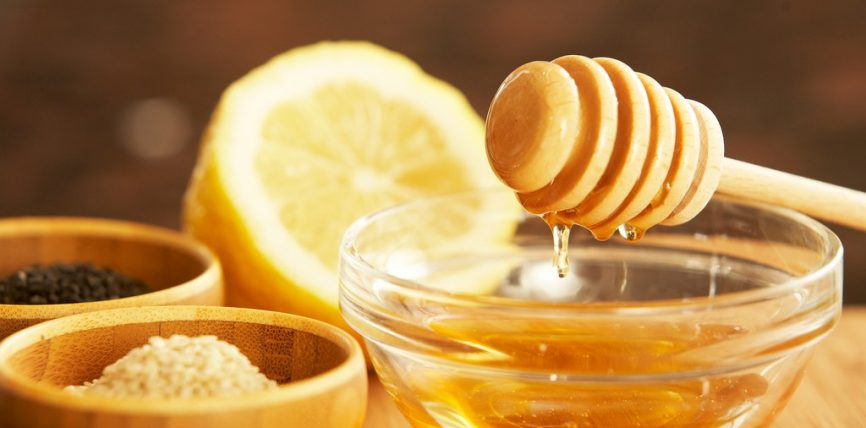 Në dhembjet e stomakut është mirë të pihet mjalti me ujë të vakët, duke lexuar shtatë herë kaptinën El-Fatiha