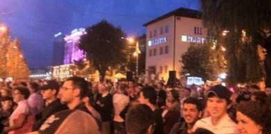 """Qytetarët grumbullohen para Kuvendit, kundërshtojnë """"amnistinë"""" (Foto)"""