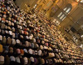 Kush e agjëron Ramazanin dhe falet në të (teravit)
