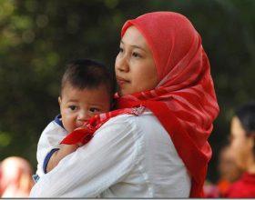 Pyetja që lind është: Përse e mban nëna foshnjën në krahun e majtë, pa e kuptuar ?