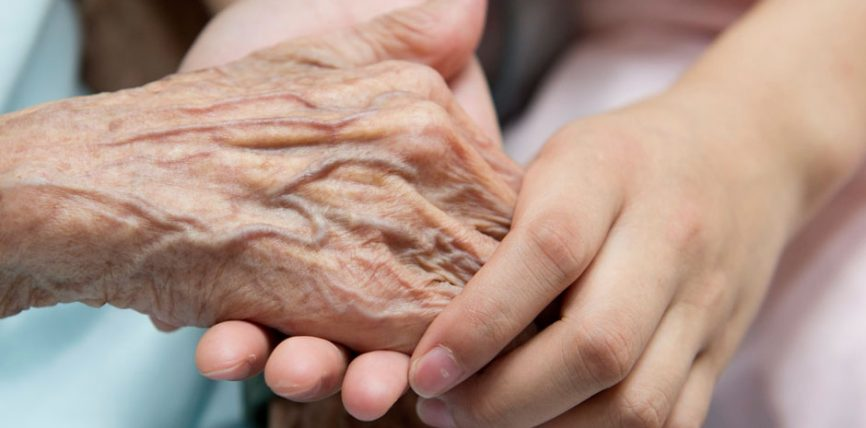 Respekti ndaj nënës konsiderohet nga veprat që të afrojnë më shumë tek Zoti i Madhëruar!