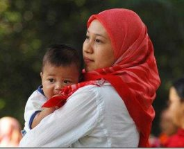Përse e mban nëna fëmijën në krahun e majtë ?