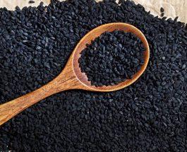 Shërimi nga kokrat e zeza, nga mjalti i pastër, hudra dhe qepa. Kombinimi i mrekullueshëm