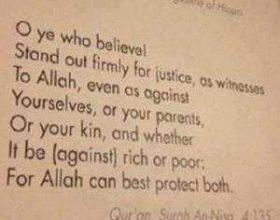 Universiteti amerikan Harvard vendos citatin Kuranor nga kaptina en nisa në hyrjen e fakultetit te drejtësisë
