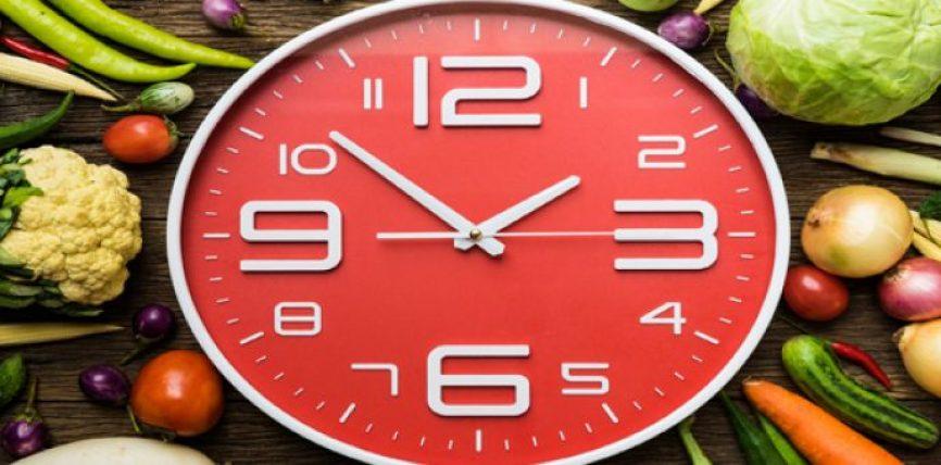 Për të mos shtuar peshë varet edhe ora kur ushqeheni