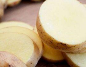 Vendosni feta patatesh mbi bark, rezultate surprizë pas 10 minutash