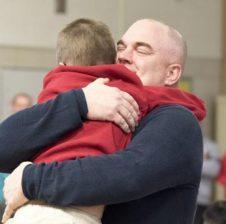 Përqafimi është 'barna' e qetësimit për fëmijët në momente zemërimi
