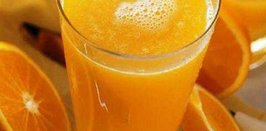 Një gotë lëng portokalli