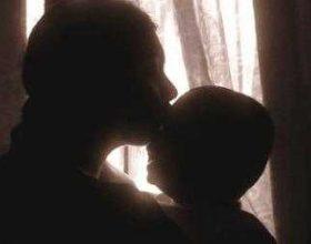 Cila është mrekullia kur nëna e puth foshjën e saj?