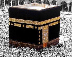 Njeriu që i lutej Allahut në Qabe