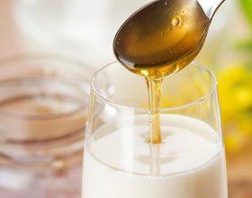 Qumështi me mjaltë ngadalëson plakjen