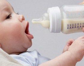 Sa kohë duhet ushqyer fëmija me qumësht gjiri?