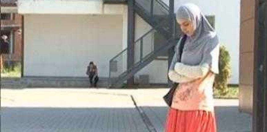 Rina mbetet jashtë shkollës për shkak të shamisë