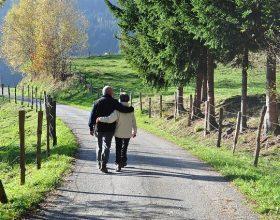 Shëtitja intensive e dobishme për të moshuarit