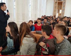 Shkolla publike i dërgon detyrimisht fëmijët në Katedralen e Prishtinës. Ku mbeti laiciteti? (Foto)