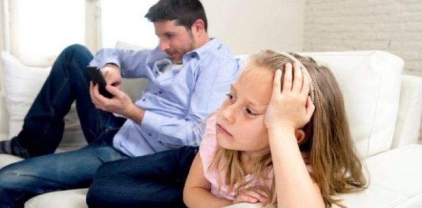 Prindër, përdorimi i tepruar i telefonit pengon jetën familjare