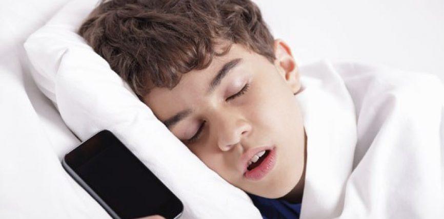 KUJDES/ Ja pse nuk duhet të mbani celularin poshtë jastëkut