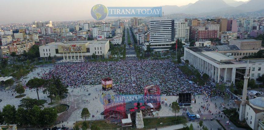 """FOTO+VIDEO/ Fiter Bajrami, pamje madhështore nga falja e Namazit në sheshin """"Skënderbej"""""""