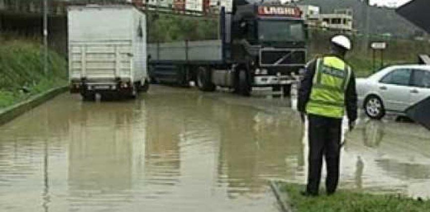Përmbytet autostrada Tiranë-Durrës