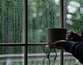 Përse jemi të përgjumur kur bie shi?