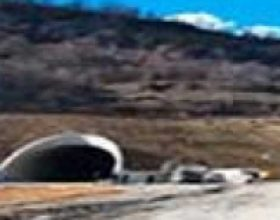 Rrëshqitje gurësh në hyrje të tunelit Tiranë-Elbasan