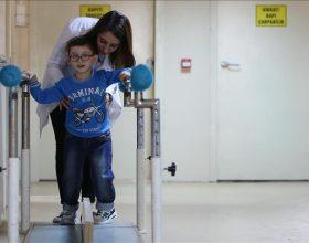 """""""Një mjek në Kosovë na tha se nuk mund të ecë"""": Fëmija pesëvjeçar hedh hapin e parë në Turqi (Foto)"""
