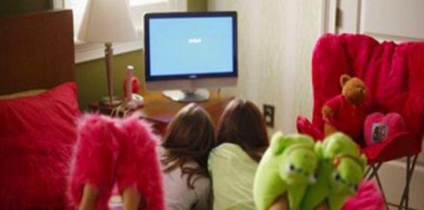 Sipas një studimi të psikologëve, vendosja e një TV në dhomën e fëmijëve tuaj është e dëmshme për ta për këto arsye!