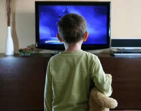 Të shikoni televizorin natën rrit rrezikun e depresionit