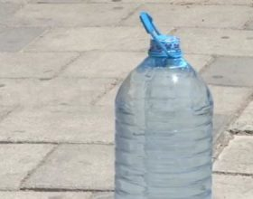 Uji i ambalazhuar i ekspozuar nën diell krijon baktere