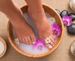 Futja e këmbëve në ujë të ngrohtë për mbi 10 minuta para gjumit