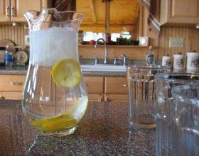 Pse duhet të pini ujë me limon, të paktën dy jave?