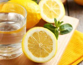 Ujë me limon, mjekimi natyral kundër 13 sëmundjeve