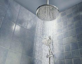 """A ka ndonjë hadith që ndalon të derdhet uji i nxehtë në tualet? Dhe a lejohet të thuhet """"bismilah"""" për këtë?"""