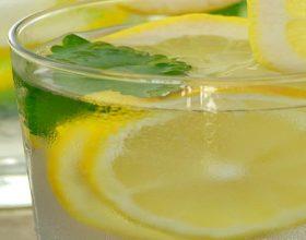 A mund ta përshpejtojë dobësimin uji i ngrohtë me limon?