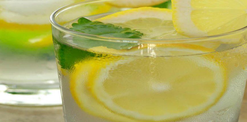Uji i ngrohtë me limon