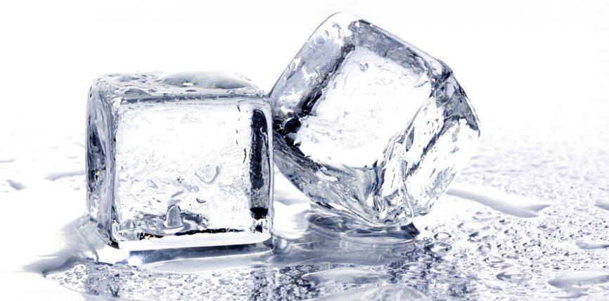 Pse nuk duhet të pimë ujë me akull
