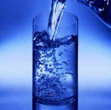 Po ti, a do të pish ujë nga gota?