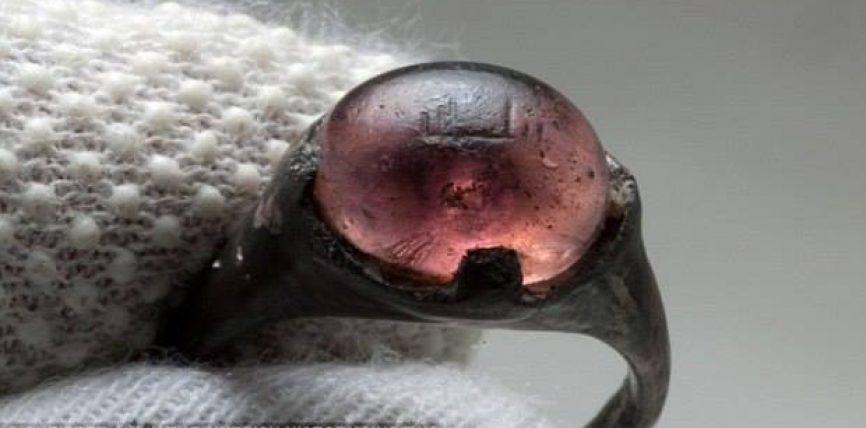 """Misteri, unaza vikinge e shekullit IX me mbishkrimin """"Allah"""""""