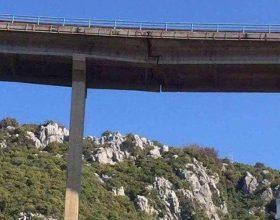 KUJDES : Kjo urë ndodhet fare pranë Shqipërisë, në Malin e Zi, pikërisht në rrugën ku kalojnë shumë shqiptarë çdo ditë vere