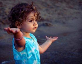 Vajza do t'ua mbajë dorën vetëm pёr një kohë të shkurtër, por do t'ua mbajë zemrën për tërё jetën