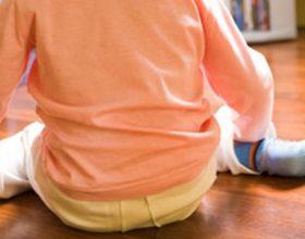 Mos i lejoni fëmijët të ulen kështu, ja çfarë rrezikojnë… FOTO