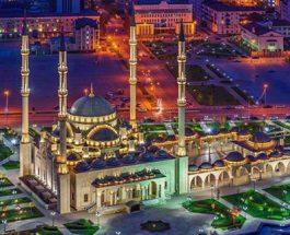 Kush thotë dhjetë herë para se të çohet dhe të largohet (nga xhamia), pasi ka mbaruar namazin e Akshamit dhe të Sabahut – Do të jetë i mbrojtur nga çdo e keqe,  do të jetë i mbrojtur prej shejtanit të mallkuar
