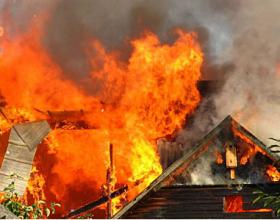 """Njëzet shtëpi nën një kulm përfshihen nga zjarri në """"Fushë Topanë"""""""